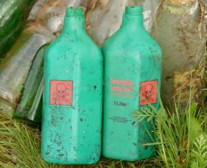 Leere Formaldehyd-Flschen auf grüner Wiese