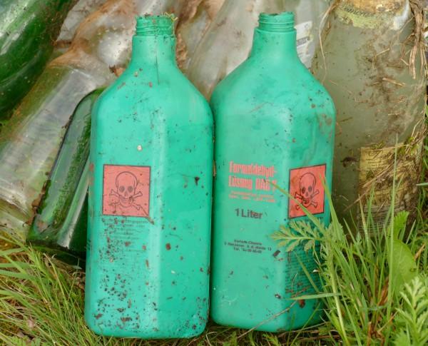 Zwei Formaldehyd-Flaschen liegen auf einer Wiese.