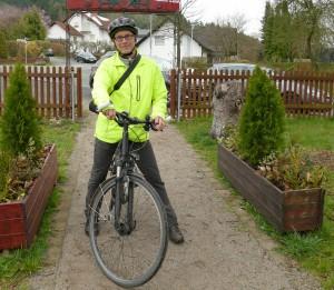 Stefan Schumann steht mit seinem Fahrrad im Skulpturenpark