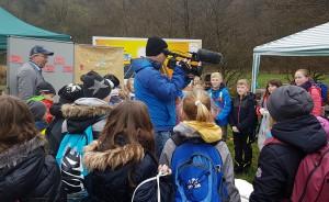 Ein Kameramann vom HR filmt die Kinder, die Erich Weber zuhören