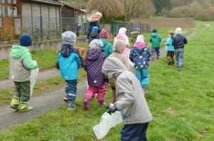 Die Kinder folgen zu Fuß einem Feldweg