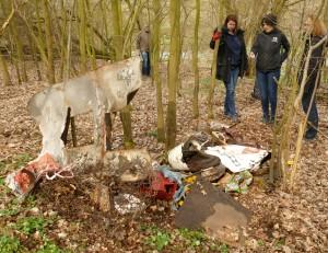 Die Teilnehmer stehen vor einem illegal entsorgten Müllhaufen