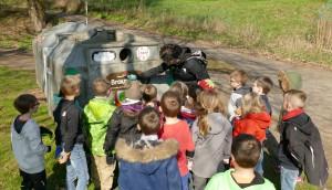 Kinder versammeln sich am Glascontainer