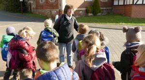 Die Lehrerin spricht zu ihren Schülern