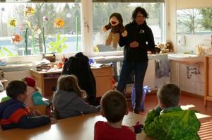 Handpuppe Nestor belohnt die Kinder
