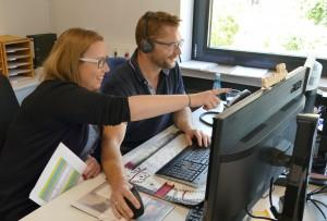 Theresa Dreyer zeigt Bürgermeister Felkl ein Programm am PC