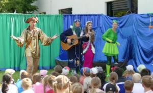 Die Darsteller singen ein Lied auf der Bühne