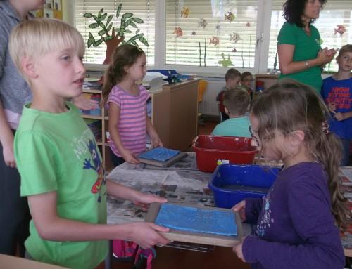 Aus Altem entsteht Neues – Papierschöpfen an der Grundschule Fronhausen