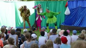 Schauspieler vor Kindergruppe sehen in die Ferne