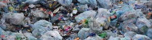 Ein Berg aus Plastiktüten und Flaschen