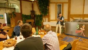 Herr Heil Senior erläutert die Geschichte des Unternehmens