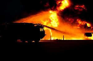 Ein Feuerwehr-Löschfahrzeug löscht einen Brand