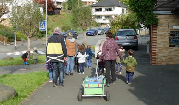 Das Bild zeigt die Kinder auf dem Weg zur Haupstraße.